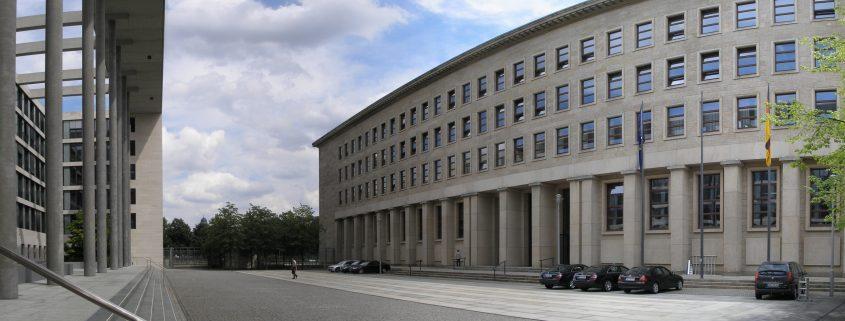 Protokollhof zwischen dem Neu- und Altbau des Auswärtigen Amtes in Berlin (2007), Quelle: Wikimedia