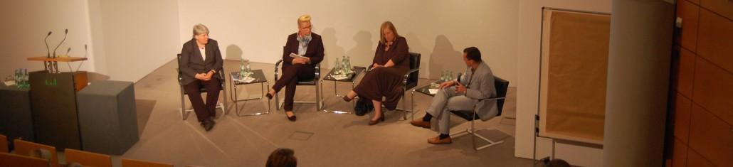 Podium der Veranstaltung Zwanzig Jahre nach dem Völkermord in Ruanda: Medienberichterstattung und Konflikt in Hamburg am 04.06.2014