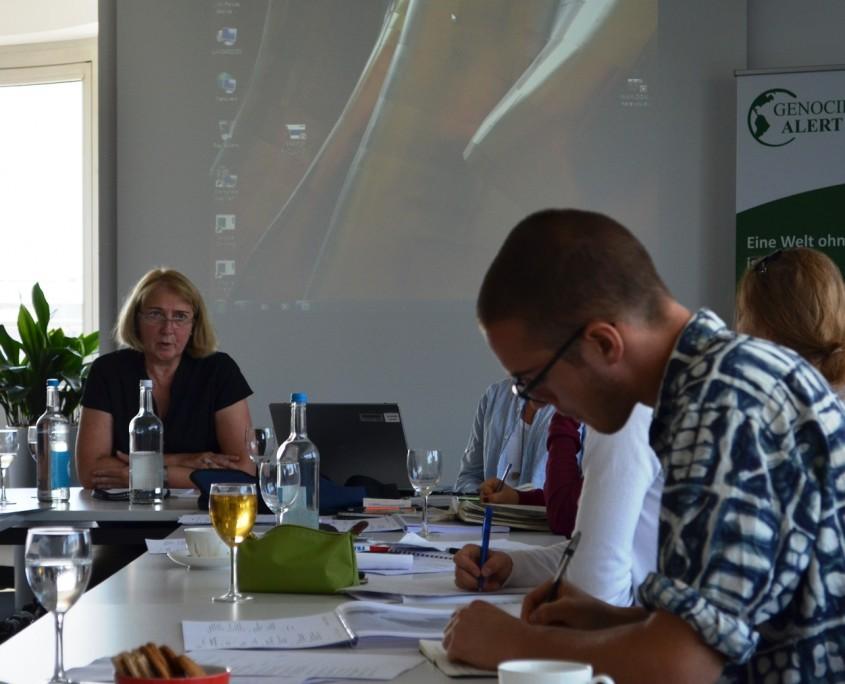 Dr. Martina Fischer erläutert Instrumente und Probleme der Vergangenheitsbewältigung in Nachbürgerkriegsgesellschaften; Quelle: Genocide Alert