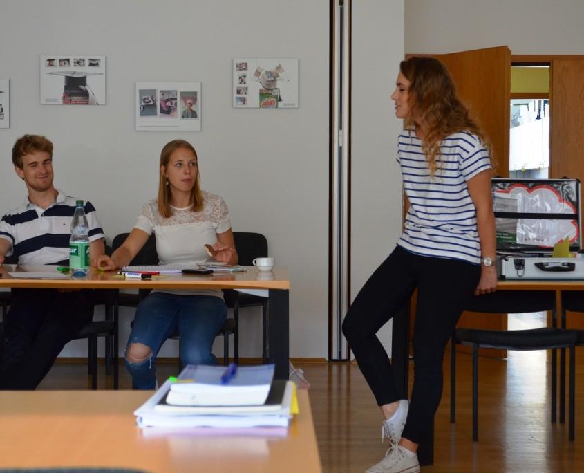 Aurora Kastrati diskutiert mit den Teilnehmerinnen das Scheitern von Präventionsinstrumenten im Vorfeld der Massenverbrechen in Srebrenica; Quelle: Genocide Alert