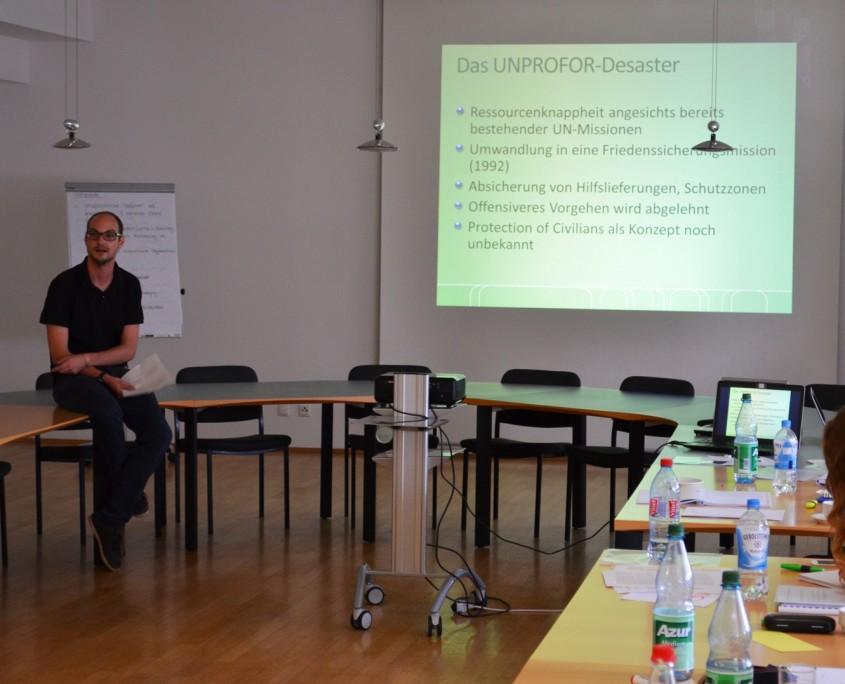 Christoph Schlimpert erklärt Herausforderungen und Probleme für UN Friedenstruppen beim Schutz von Zivilisten in bewaffneten Konflikten;Quelle: Genocide Alert