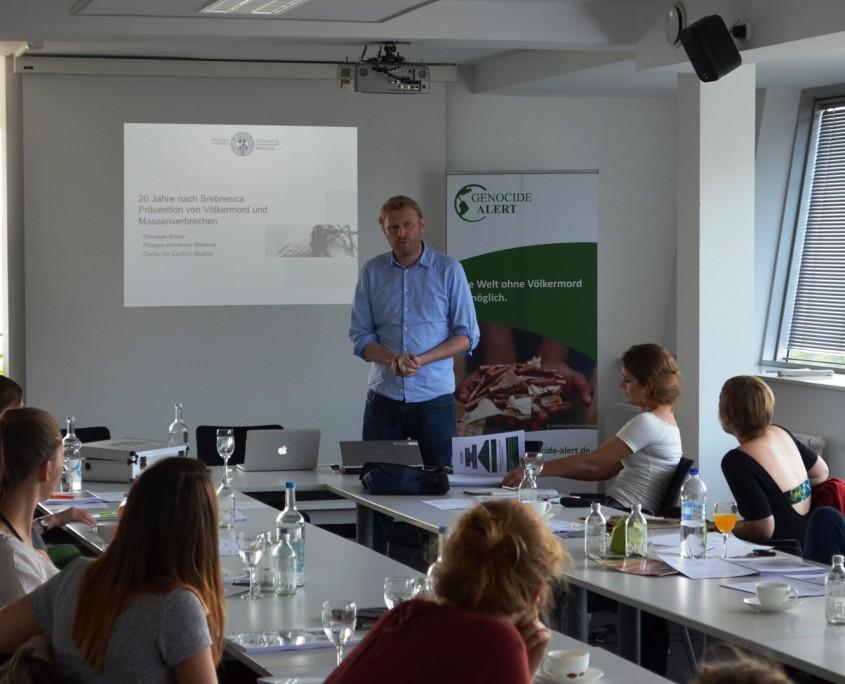 Beim Workshop in Berlin berichtet Christian Braun von seiner Feldforschung in Srebrenica; Quelle: Genocide Alert