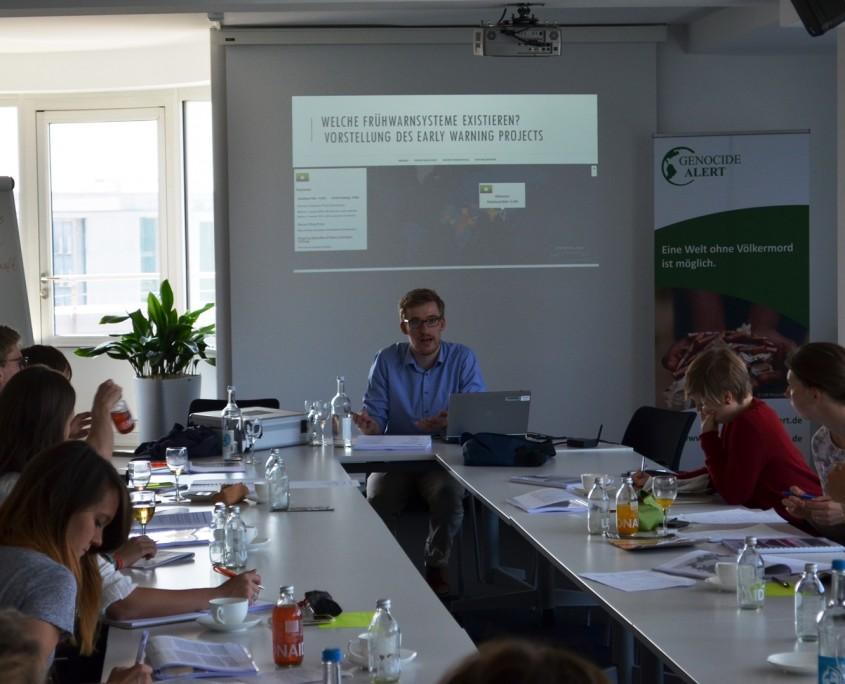 Vortrag in Berlin von Jens Stappenbeck zu Möglichkeiten der Frühwarnung vor Massenverbrechen. Quelle: Genocide Alert