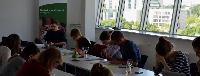 Gruppenarbeit zu Beginn des Workshops in Berlin, angeleitet von Timo Leimeister (hinten links). Quelle: Genocide Alert