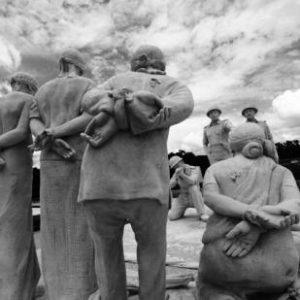 Skulptur bildet die Ermordung von Intellektuellen in Ost-Pakistan (heute Bangladesch) ab (By en:user:Ctg4Rahat [CC BY-SA 4.0-3.0-2.5-2.0-1.0], via Wikimedia Commons)