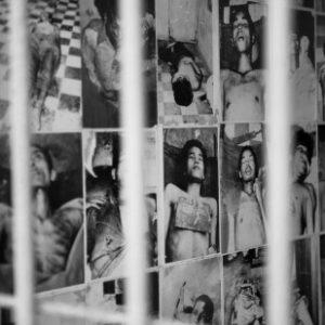 Fotos im Genozid-Museum Kambodschas dokumentieren die Brutalität der Khmer Rouge (by UN Photo/Mark Garten [Fair use, non-profit])
