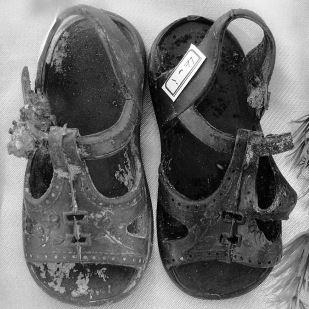 Exhumierte Schuhe eines Kindes, das Opfer des Chemiewaffeneinsatzes in Anfal wurde (By Adam Jones, Ph.D. (Own work) [CC BY-SA 3.0], via Wikimedia Commons)