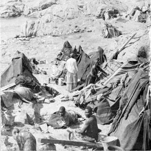 Todeslager bei Shark Island, Deutsch-Westafrika (heute Namibia), ca. 1903 ([FAL], via Wikimedia Commons)