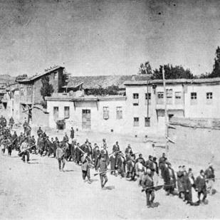 Armenier werden im April 1915 von osmanischen Soldaten aus Karphert in ein Gefangenenlager im nahen Mezireh geführt ([Public domain], via Wikimedia Commons)