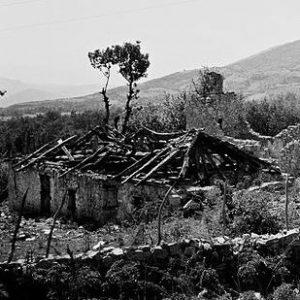 Ruinen eines Dorfes in Morina im Kosovo, das vermutlich im Mai 1999 von serbischen Truppen zerstört wurde (By Tilman Piesk [CC BY 3.0], via Wikimedia Commons)