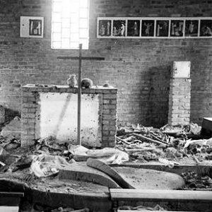 Altar der Ntrama Kirche, Ruanda, in der 5000 Menschen ermordet wurden (By Scott Chacon [CC BY 2.0], via Wikimedia Commons