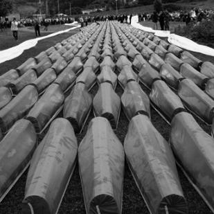 Begräbnis von 465 identifizierten Massakeropfern (Srebrenica 2007) (by I, Pyramid [CC-BY-SA-3.0], via Wikimedia Commons