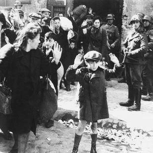 Abtransport von Frauen und Kindern in die Vernichtungslager nach der Niederschlagung des Aufstands im Warschauer Ghetto, Mai 1943 ([Public domain], via Wikimedia Commons)