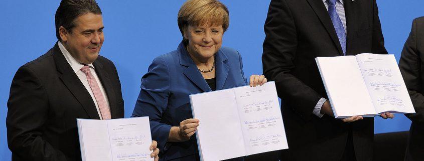 Unterschrift des Koalitionsvertrages der 18. Wahlperiode des Bundestages am 16. Dezember 2013. Von links nach rechts: Sigmar Gabriel, Angela Merkel, Horst Seehofer. Martin Rulsch, Wikimedia Commons, CC-by-sa 4.0