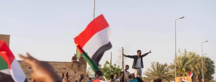 Protestierende in der Nähe des Armeehauptquartiers in Khartum am 8. April 2019 (Quelle: M.Saleh | Wikimedia Commons)