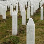 Grabsteine an der Völkermord-Gedenkstätte in Potočari in der Nähe von Srebrenica (Quelle: Wikimedia | Michael Büker |