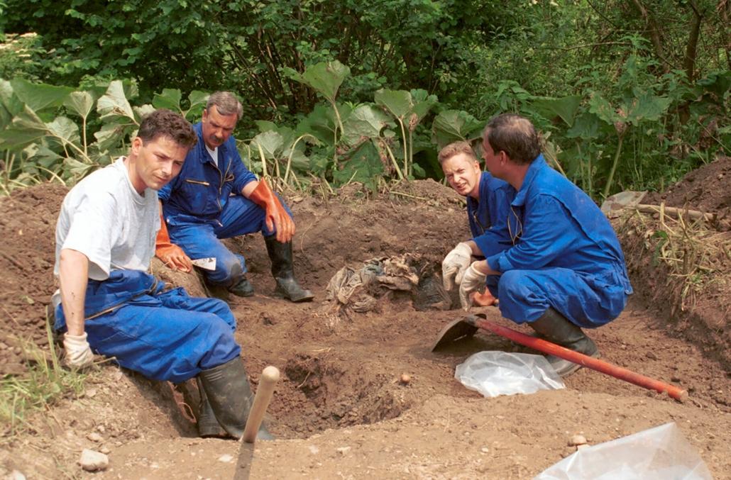 Das Ermittlerteam des ICTY bei Ausgrabungen vor Ort (Copyright siehe unten).